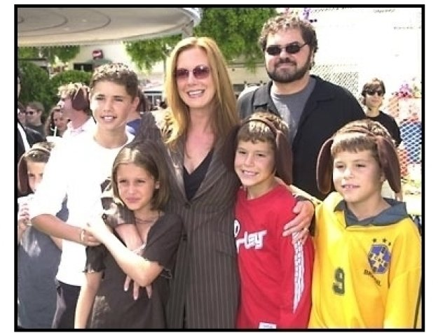 Elizabeth Perkins and family at the Cats and Dogs premiere